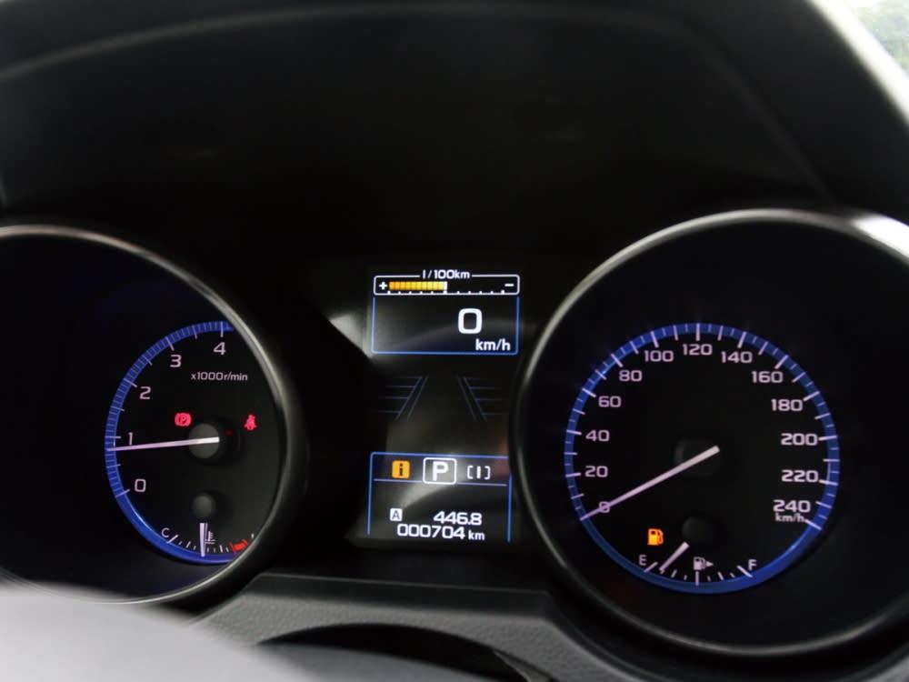採用雙環式儀表設置,中央搭載一具小螢幕,以利於駕者監控行車資訊。