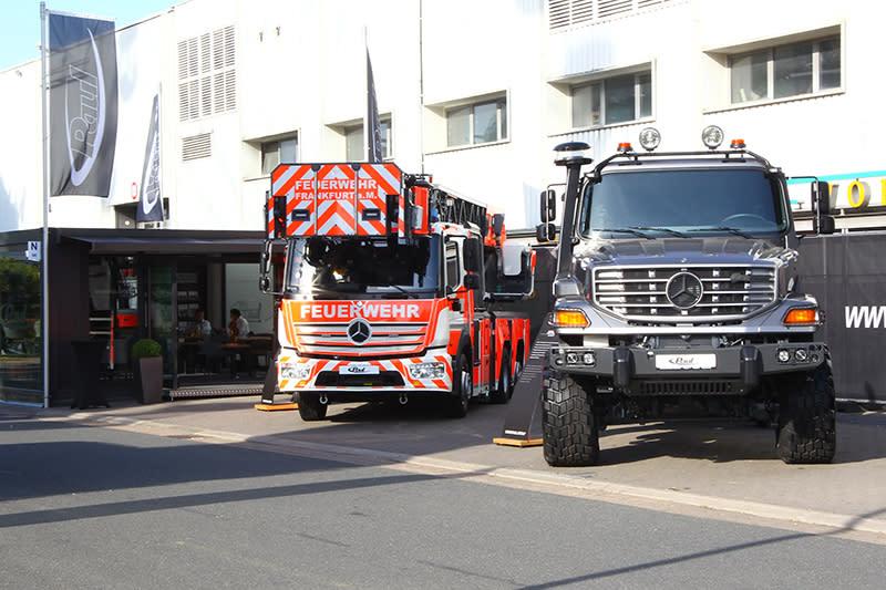 咦?怎麼又是Mercedes-Benz,原來這是專門提供特殊用途車的改裝廠,並且以Mercedes為基礎打造雲梯車與越野卡車。