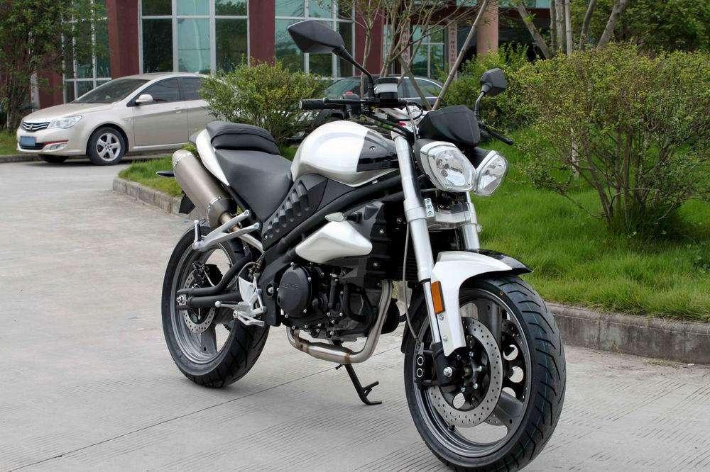 熟悉的大眼燈搭配粗壯的倒立式前叉,不同的是只有250cc的排氣量。