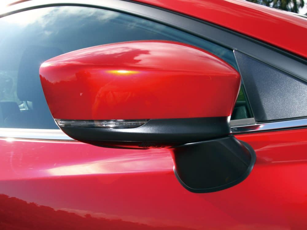 採用雙色整合方向指示燈配置的後照鏡,其下方黑色為防刮材質,避免不必要的刮傷。