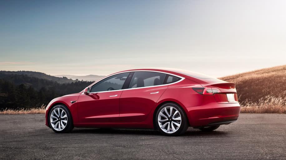 配備雙馬達動力,車主能享受更棒的操控感,續航力也會進一步提升;至於高性能版可能搭載Ludicrous Mode,無論性能或加速度皆大幅升級。圖為現行款Tesla Model 3