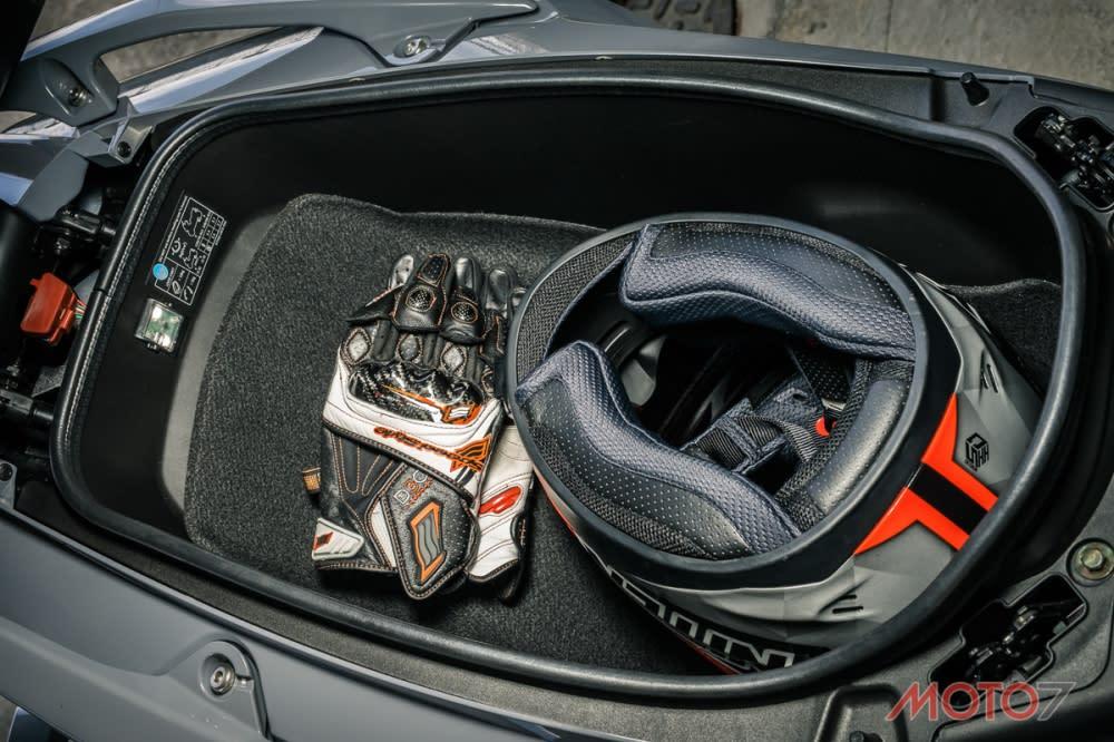 AK550車廂空間能放入一頂全罩綽綽有餘。