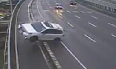 驚悚!休旅車衝出護欄墜20米