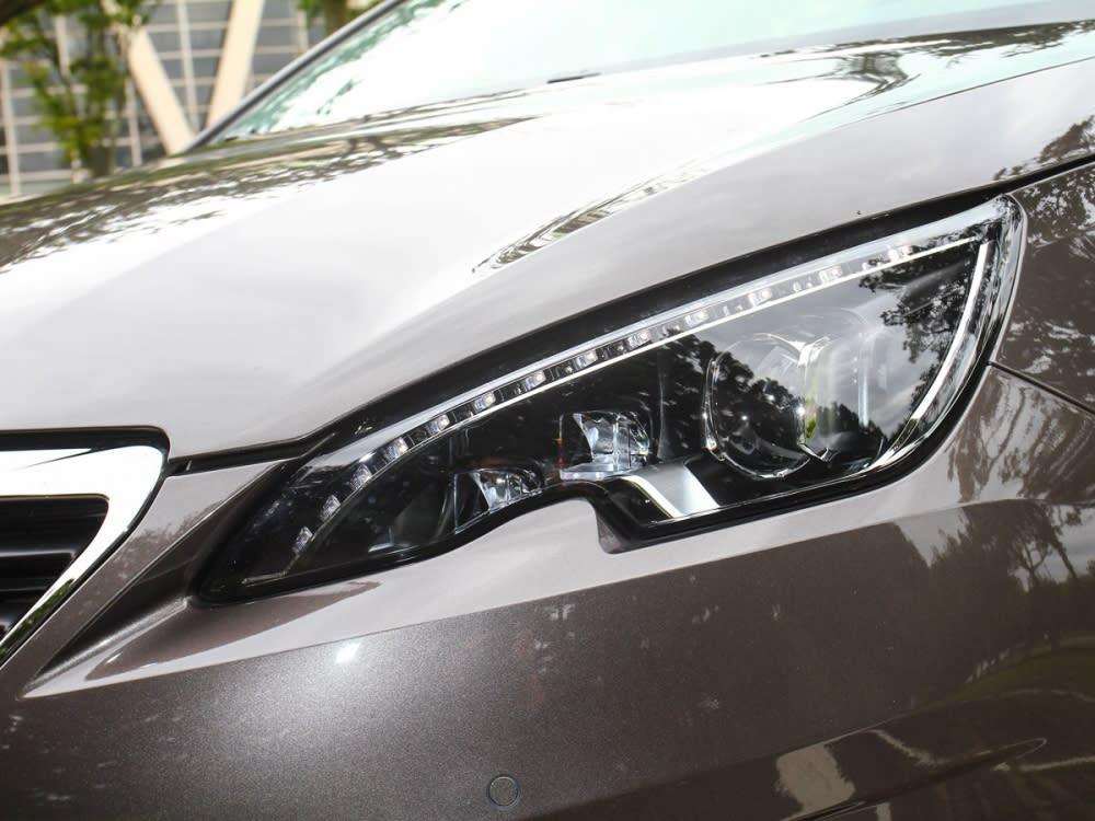 FULL LED頭燈組,由 31 顆高亮度、低耗能 LED 燈組合而成。