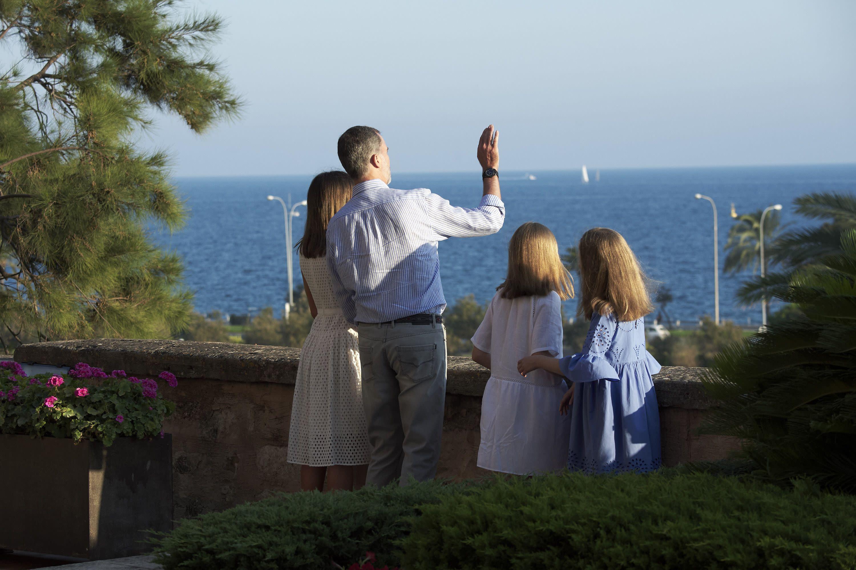 西班牙皇室一家人欣賞著地中海風景。