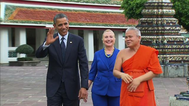 Obama, Clinton tour Thailand's Temple of the Reclining Buddha