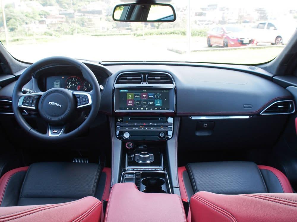 車艙洋溢運動化豪華風貌,紅黑雙色鋪陳加劇整體跑格感受。
