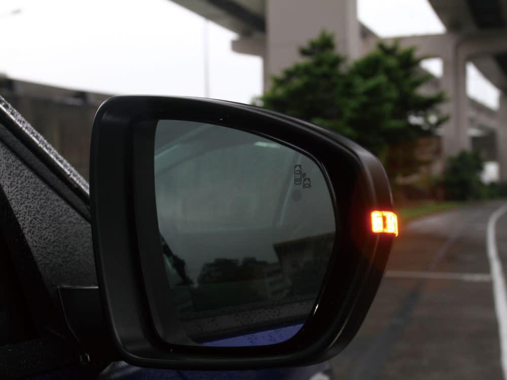 後照鏡整合了方向指式燈與盲點偵測警示燈號。
