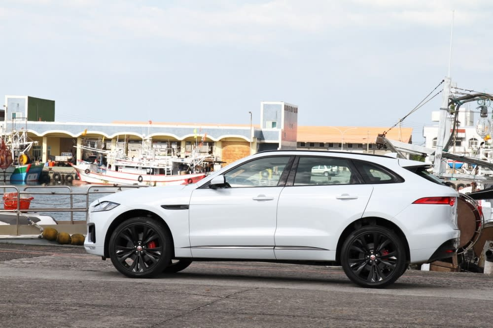 車側線條可以清楚看到F-Pace並非傳統SUV,而是跑格般的身型