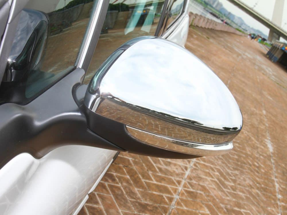 左右後視鏡採用非車身同色,而是使用高亮鍍鉻樣式外蓋。