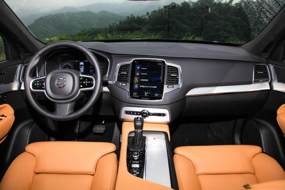 高質感的內裝是XC90改款之後吸引人的特點,深灰/棕雙色搭配銀色飾版與鍍鉻飾條點綴,造就出新北歐溫暖風格。