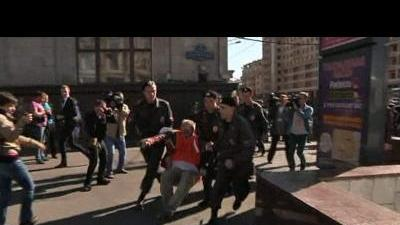 Police arrest Russian protesters