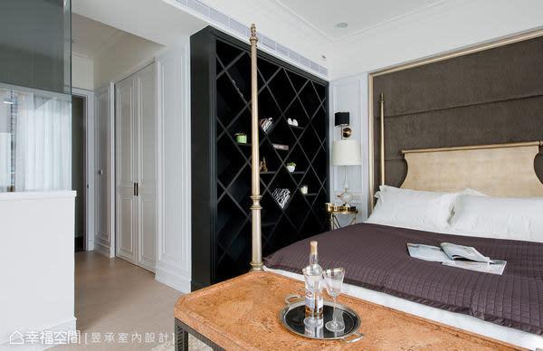偌大的主臥室配備超大的更衣室空間,以白色古典橫拉門區分內外,收納機能完備外,可移動的中島收納櫃,更是女主人的最愛。