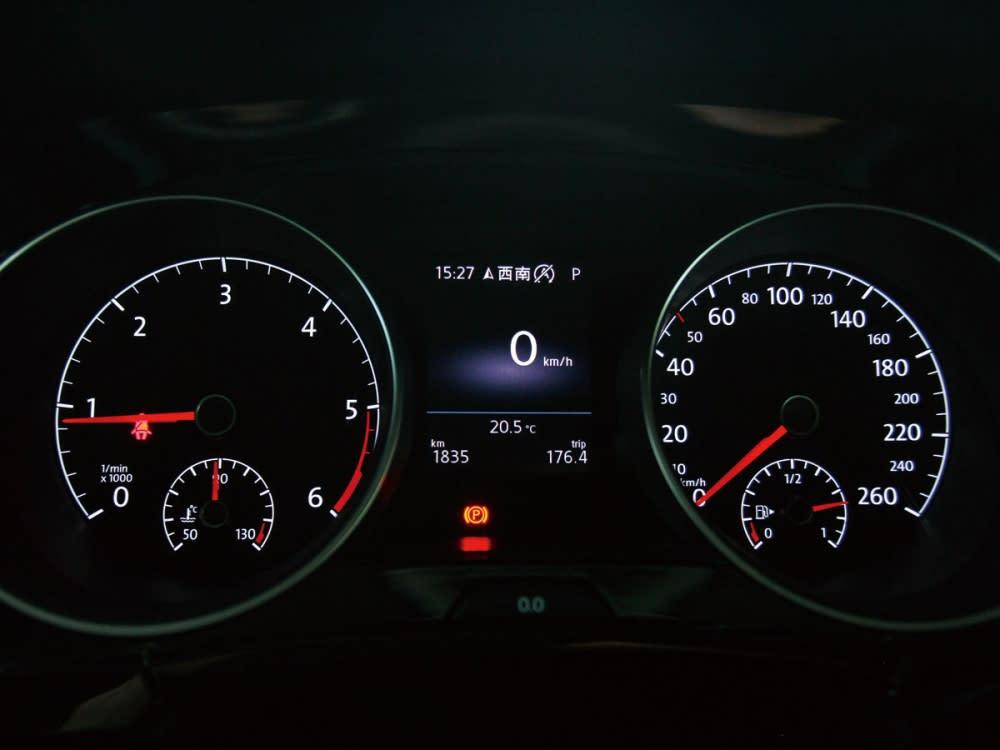 採用雙環式儀表搭配多功能旅途電腦,使駕駛可輕易得知車輛資訊。
