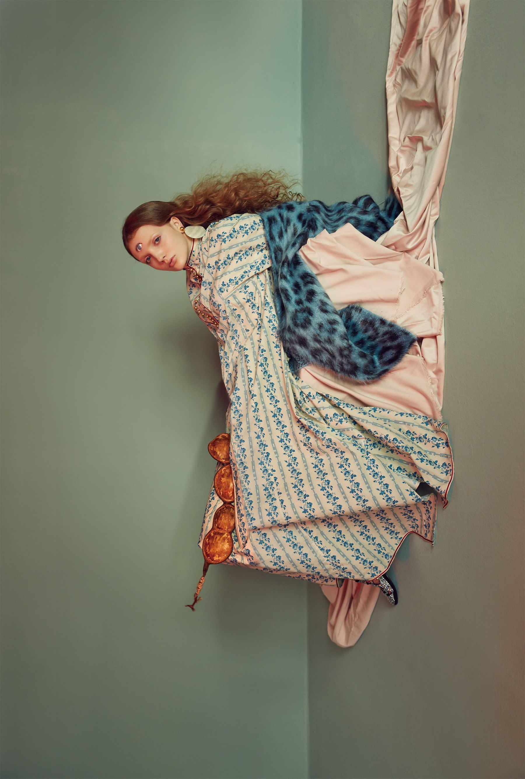 洋裝,Gucci;外套,Loewe;鞋,Giuseppe Zanotti;耳環,Kenneth Jay Lane at Net-a-Porter。