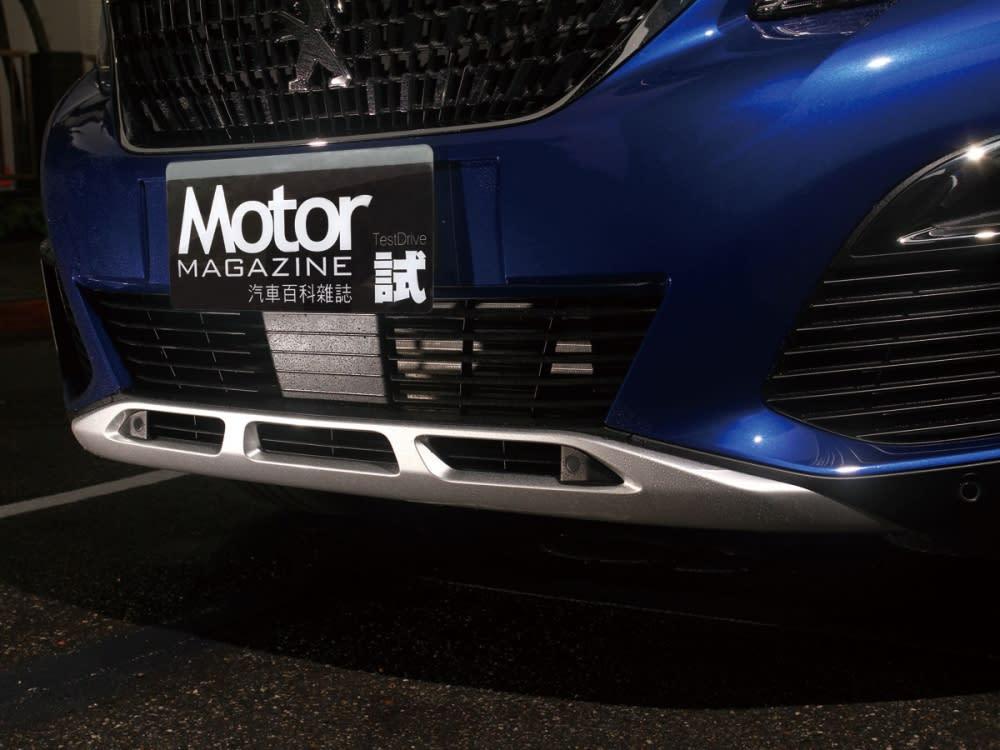 下方保桿處採用了金屬質的防刮材質,除了為車體保護之餘,更添增了高度的豪華感受。