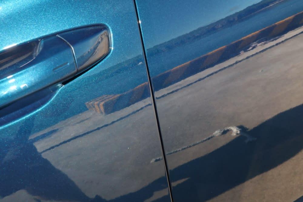 車門關上後防護條自動收納,從外觀完全看不出這項貼心配備