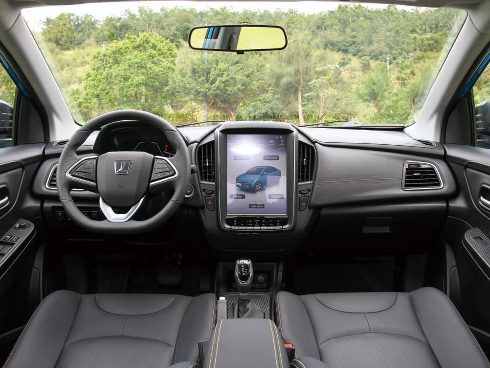 車艙採挑高車頂設計,內裝鋪陳以黑色為基底,並在異質飾板的點綴下,呈現優異質感。