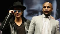 Justin Bieber crashes Mayweather photo after press conference