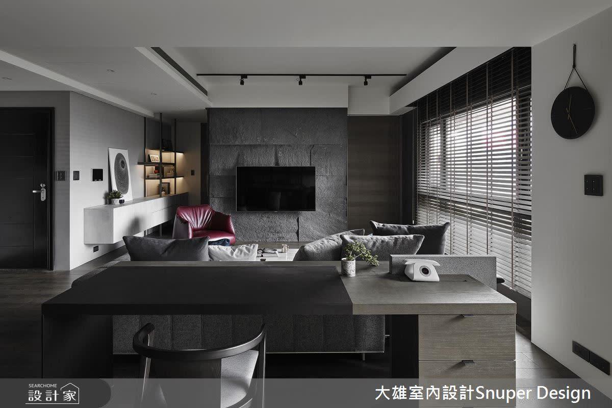 石皮電視牆與餐廚空間遙遙呼應,自然材質在空間中低調嶄露自然美。