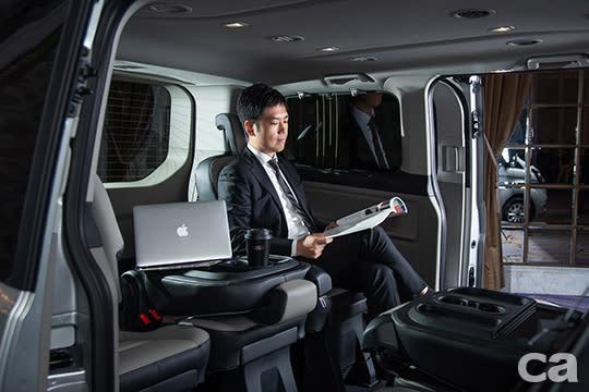 【圖七】福特旅行家兼顧質感與實用性,打造移動辦公室。