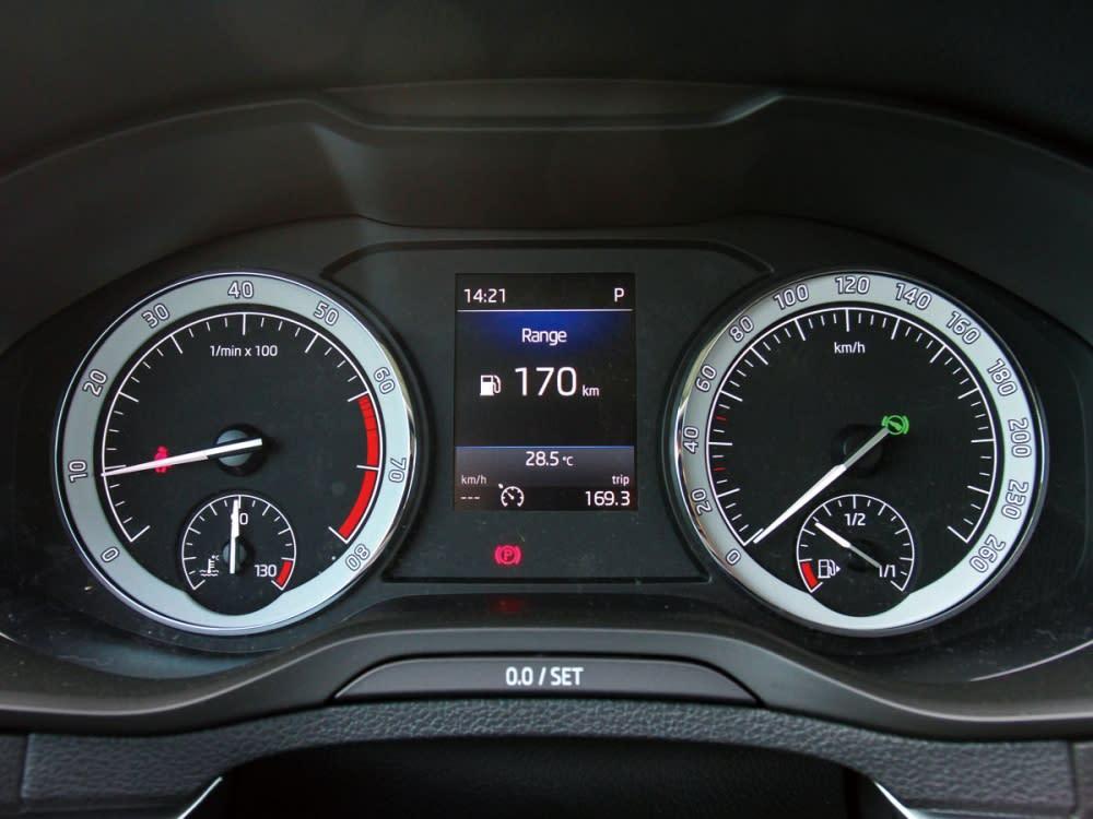 可惜沒將koda首見的數位儀表列為標準配備,雙環式儀表中結合了4.2吋彩色行車電腦顯示幕,所有行車資訊一目瞭然。
