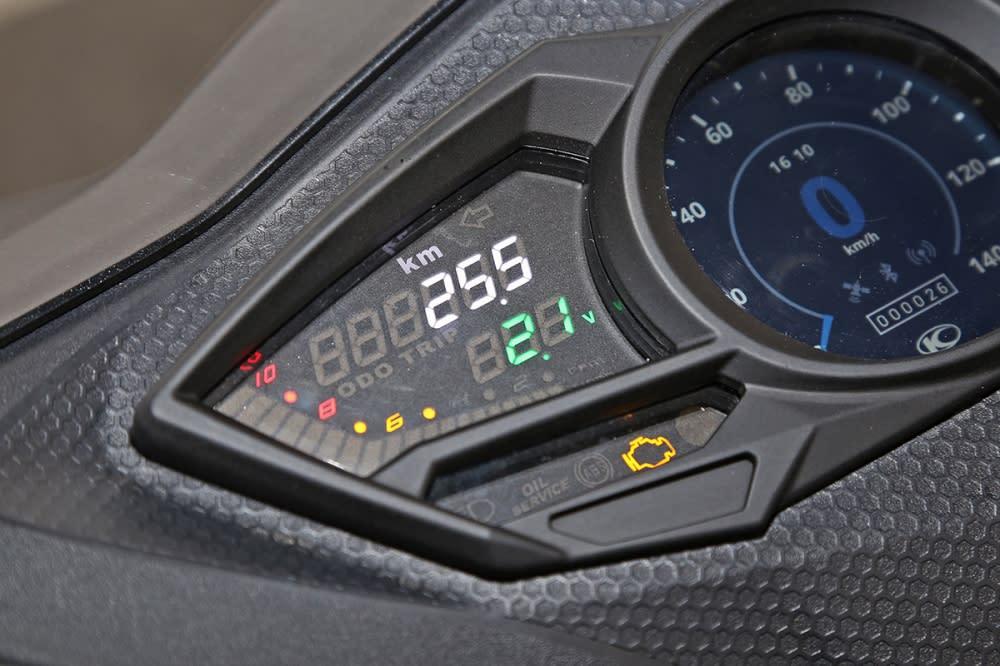 螢幕左側能顯示行車資訊與轉速。