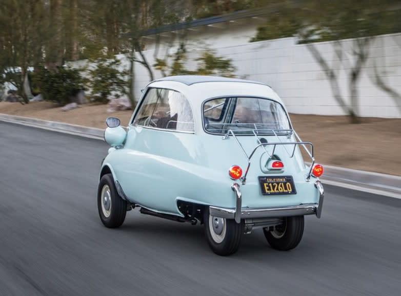 雖然車身看起來緊湊,但性能表現還過得去,BMW Isetta 300搭載247c.c.單缸汽油引擎,具備12hp馬力輸出,搭配四速手排變速箱,最高速度可達到85km/h。(圖片來源:https://www.automobilemag.com/news/1956-1962-bmw-isetta-300-collectible-classic/#1957-bmw-isetta-300-front-three-quarter-01)