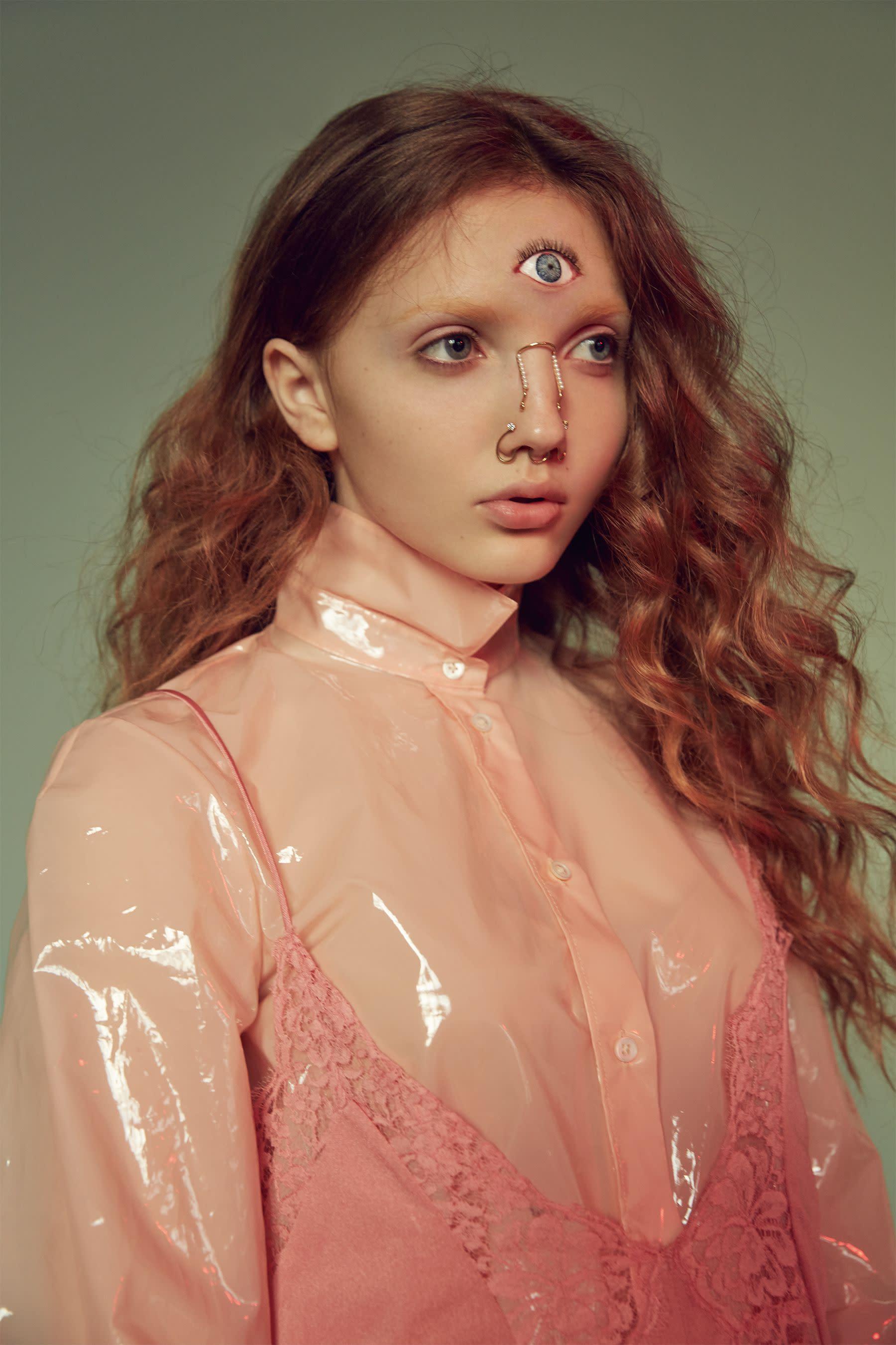 塑料襯衫,Jil Sander at Art Haus;蕾絲洋裝,Stella McCartney;飾品,Joanne T。