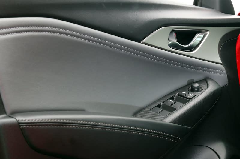 新CX-3在門飾板配色與縫線顏色上也做了改變,扶手部分與縫線由紅色改成黑與白色