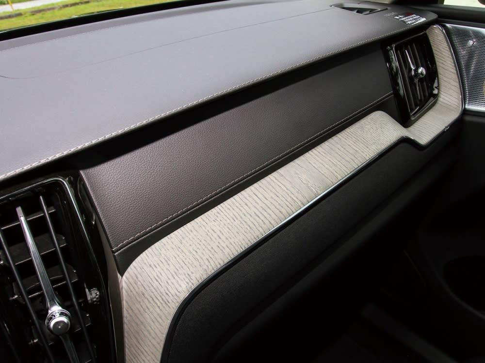 直立出風口造型與中控台漂流木飾板,都是全新XC60特有的內裝象徵。