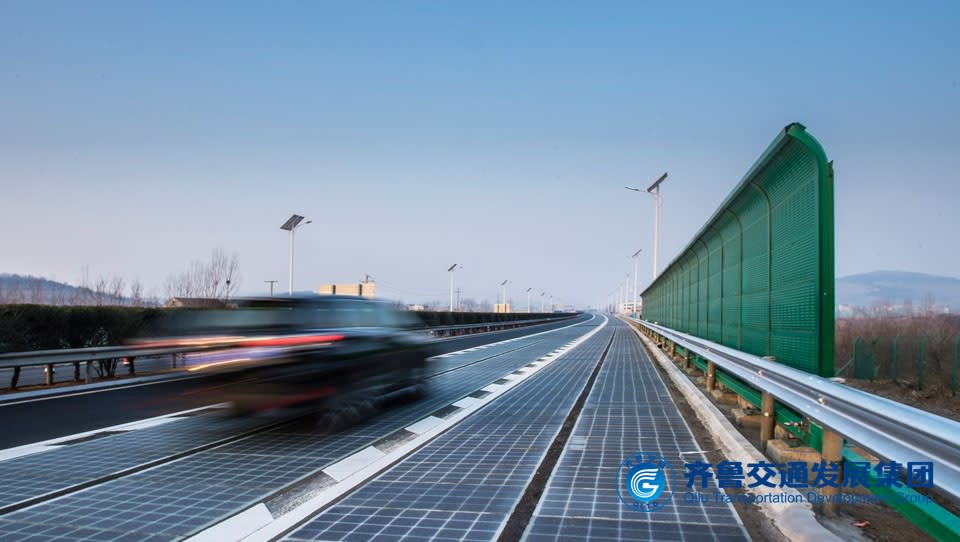 直接把光伏發電組件鋪設在路面上,就能把路面升級為太陽能收集平台,『光伏跨界+』完全符合現行車輛通行條件