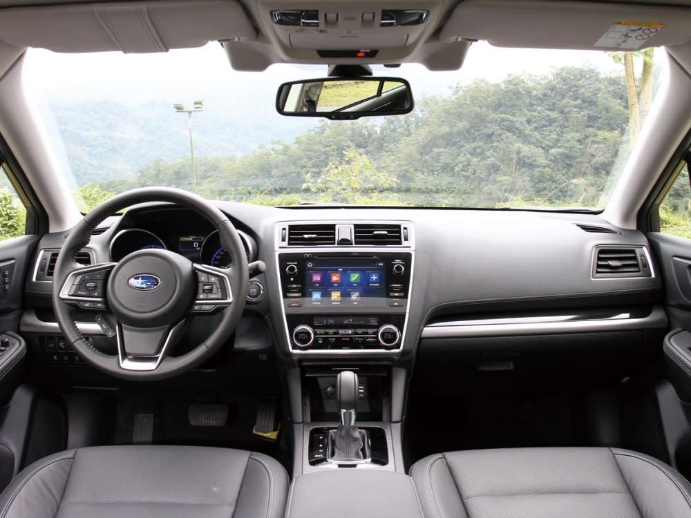 車艙中以簡潔形式鋪陳,具雅致及豐富功能性。