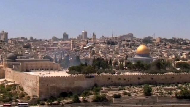 Clashes erupt in Jerusalem between Muslim worshippers and Israeli police