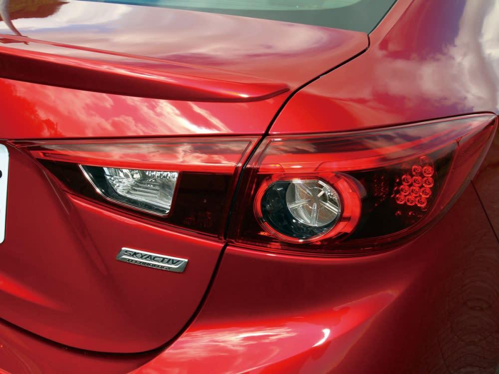 使用LED配置的高辨識度尾燈設計,定搭配車頭的魂動配置,更使車身賦予了完整性。