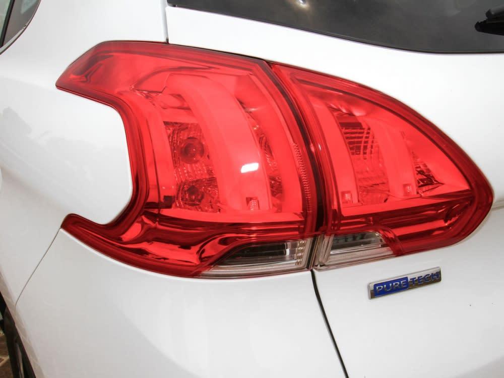 車頂部位則是配置了鍍鉻車頂架。