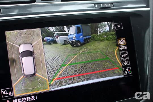 選配智慧停車套件有助於在狹窄區域更迅速安全地停妥車輛。