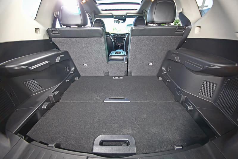 行李廂原本便有451升容積,空間相當寬廣。