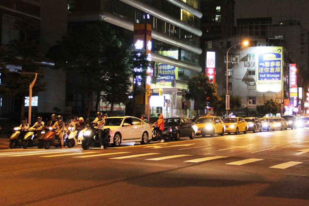 以台北都會區而言,頻繁停等的用車環境,怠速熄火的確能有效節省燃油。