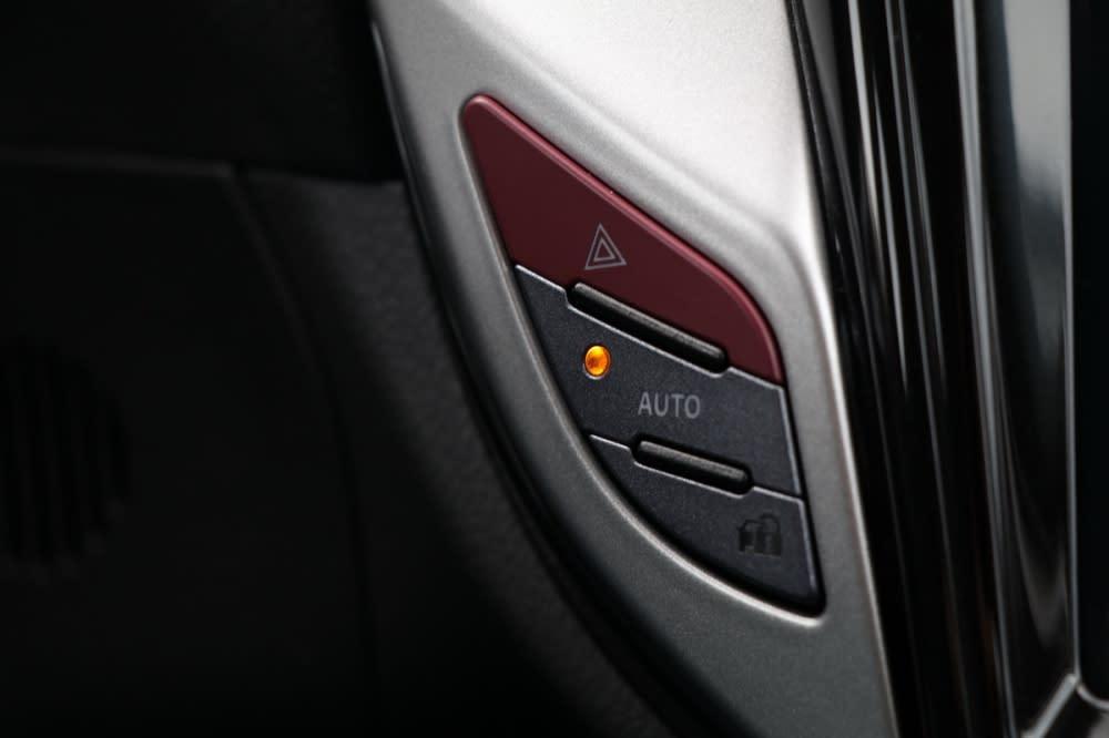 為了配合中控螢幕的尺寸放大,精簡部分按鍵,僅留下特殊或緊急狀況時常用的故障/雙黃燈、前後窗除霧功能,不過按鍵偏小、位置又低於駕駛視線,車主可能要使用幾次後才能習慣