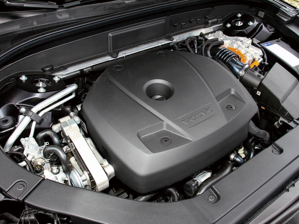 T8動力系統是由一具 2.0升四缸機械/渦輪雙增壓的汽油引擎負責前驅動輪,後驅動輪則由電動馬達負責,並可創造高達407 hp綜效馬力及65.3 kgm的綜效扭力。