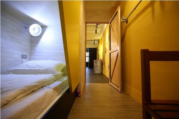 雙人上下舖房型,提供安靜舒服的休息空間。(圖片來源/蜂巢膠囊旅店)