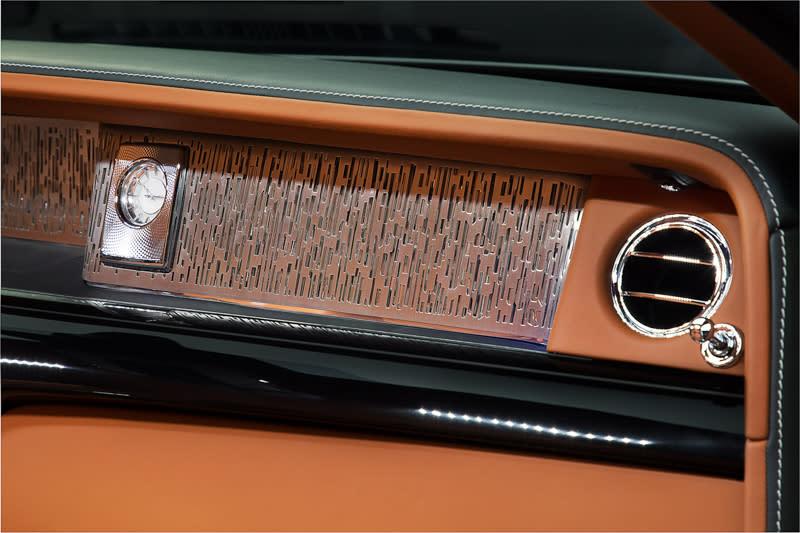 儀表板右端包含中控台上方與副駕駛前處,成為了車主盡情發揮創意的私人藝廊,在強化玻璃之後,目前提供了12種材質供選擇,未來更將開放車主自行設計。