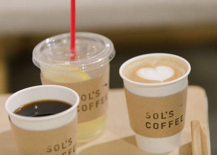 左邊起為咖啡(380日圓)、自家製檸檬蘇打(400日圓)、拿鐵(400日圓)
