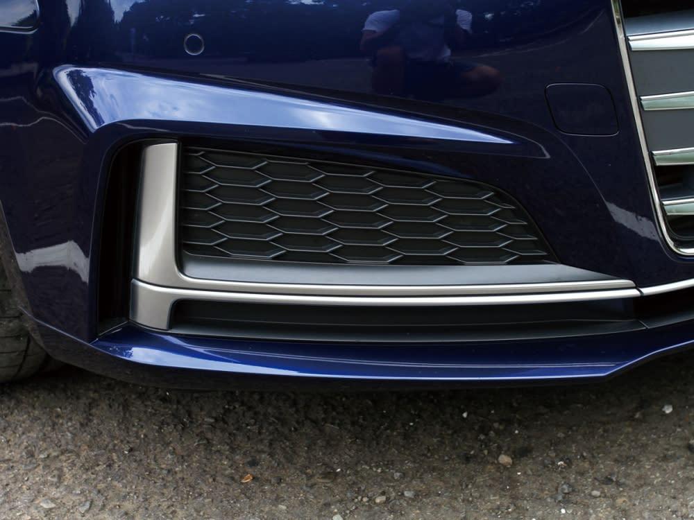 前保桿左右兩側設計出各一道橫向排列的T型鈦灰霧面鋁合金飾條。