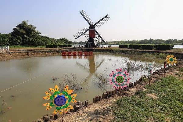 德元埤荷蘭村草皮上矗立著來自荷蘭的木製大風車及巨大的荷蘭木鞋,深具異國特色。