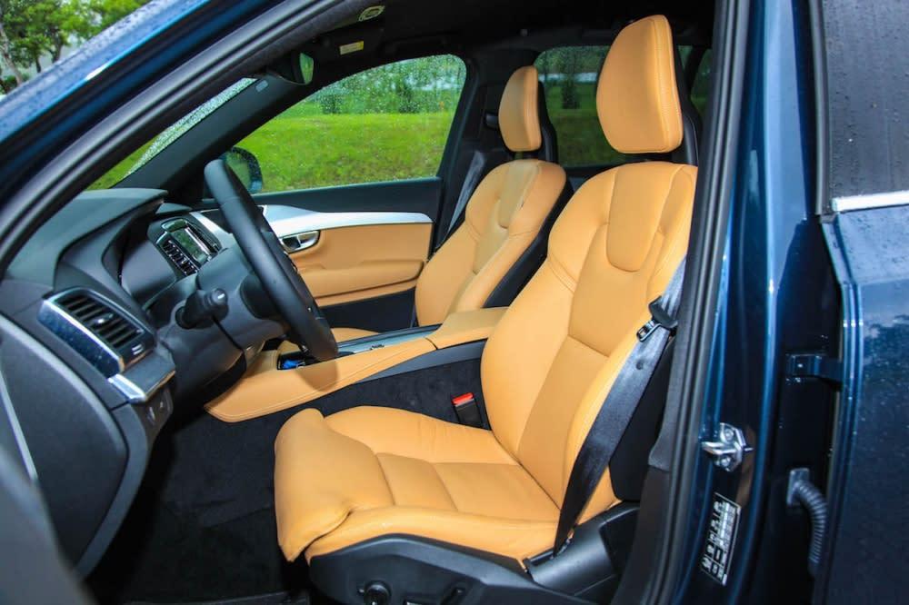T5 Momentum車型不因入門等級而有所取捨,像是雙前座真皮電動調整座椅附四向電動腰靠、電動調整腿部延伸支撐及三組記憶等功能都保留下來,可以讓駕駛人自己調整到喜歡的位置。