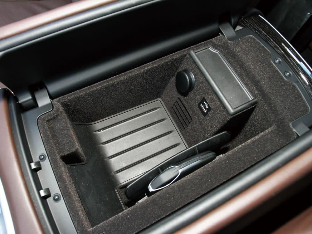 中央扶手置物箱裡配有無線充電及一組USB與12V電源插座。