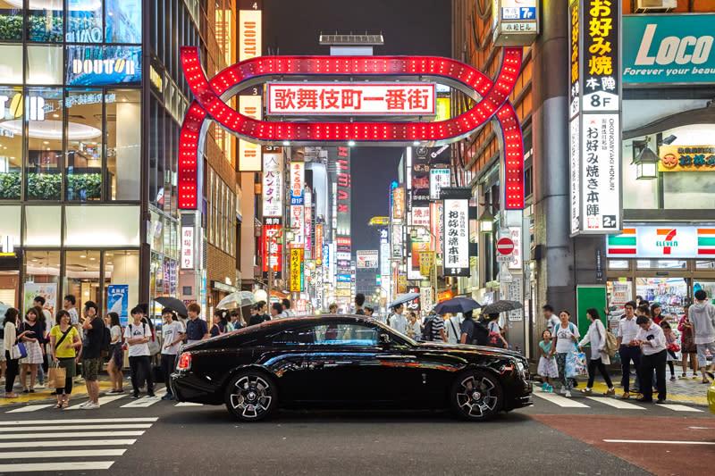 乘著Ghost Black Badge遊走於東京的精華地段,銀座、表參道、六本木等華麗夜景伴隨著座艙內星空頂棚盡收眼底。從未以遊車河的姿態領略東京夜的美好,這開場秀,炫目無比。